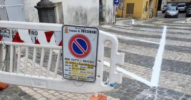 Strisce bianche per la sosta sul selciato di piazza Santa Maria, Pizzutelli: un vero sfregio